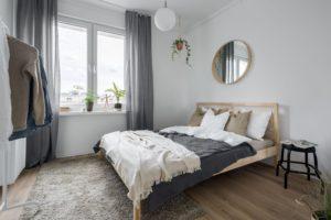 Area rug under queen bed