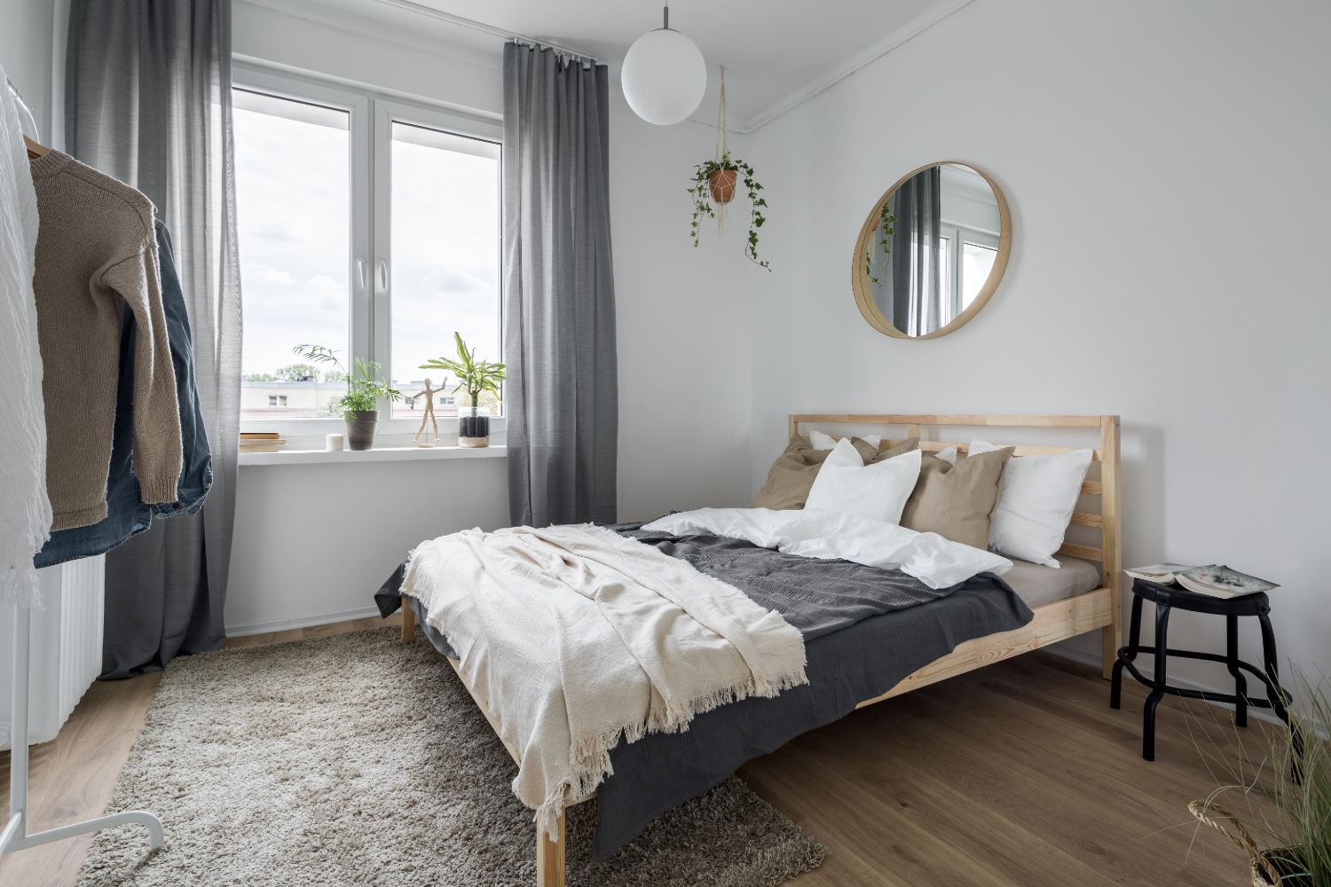 Picture of: What Size Rug Under Queen Bed To Avoid An Eye Sore Swankyden Com