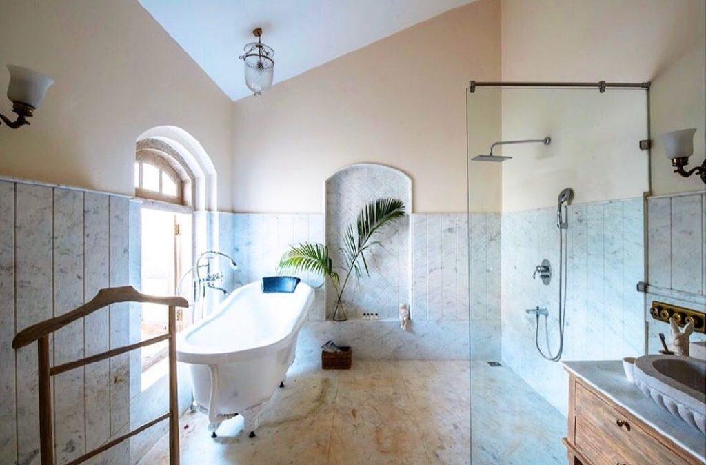 white bath tub idea